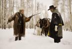 Während des Schneesturms kreuzen sich die Wege des Kopfgeldjägers Warren (Samuel L. Jackson, r.) mit dem des Henkers Ruth (Kurt Russell). Beide misstrauen einander.