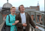 Stefan Book (Jan Fedder) freundet sich mit Sabine Sattler (Margarita Broich) von der Ausländerbehörde an.
