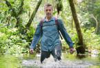 Das Kongobecken zu erkunden heißt vor allem: laufen. Das Team mit Dirk Steffens durchwatet Flüsse und Sumpfgebiete, um zu den Bonobos zu gelangen, Menschenaffen, die uns nah verwandt sind. Zum Vergleich: die Demokratische Republik Kongo ist siebenmal größer als Deutschland, doch hier gibt es nur 3000 km Straße, das entspricht dem Straßennetz von Köln.