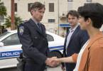 Branka (Neda Rahmanian, re.) und ihr Kollege Emil (Lenn Kudrjawizki, Mitte) arbeiten bei einem Mordfall mit dem örtlichen Polizeichef Jure Pokovic (Benjamin Sadler, li.) zusammen.