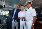 """Auf der """"Traumschiff""""-Reise nach Macau ist auch Oskar Schifferle (Harald Schmidt, l.) wieder mit an Bord. Dr. Sander (Nick Wilder, M.) und Kapitän Burger (Sascha Hehn, r.) freuen sich."""