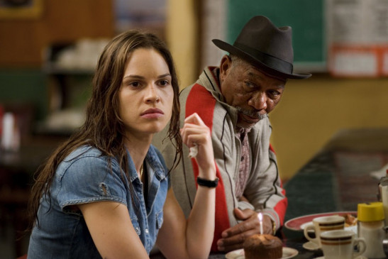 Scrap (Morgan Freeman) glaubt an die ambitionierte Maggie (Hilary Swank). Auch er hat hart für seinen Traum gekämpft und will nicht, dass sie ihren aufgeben muss.