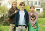 Ralf (Matthias Koeberlin, l.) und Evelyn (Maria Simon, r.) sind eine glückliche Familie. Die Söhne Jan (Jonas Nay, M.) und Lukas (Gustav Körner, r.) werden bald ihren Vater verlieren. Ralf wird ermordet.