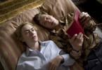 Michael Berg (David Kross) liest Hanna Schmitz (Kate Winslet) vor.
