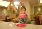 Jyoti Amge, die kleinste Frau der Welt, genießt eine ordentliche Tasse Tee.