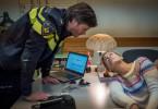 Hilde (Gesine Cukrowski) geht einem holländischen Polizeibeamten (Stefan Roschy) ziemlich auf die Nerven.