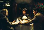 Tom (Pierce Brosnan, M.) erteilt dem Ehepaar Randall, Abby (Maria Bello, l.) und Neil (Gerard Butler, r.) einen weiteren Auftrag.