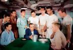 Während des zweiten Weltkriegs übernimmt Kapitän Queeg (Humphrey Bogart, vorne Mitte) das Kommando über den US-Minenräumer Caine. Mit seinem harten Regiment macht er sich unter der Besatzung des Schiffes, die bisher den lockeren Umgang von Kapitän DeVriess gewohnt war, wenig Freunde ...