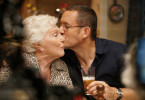 Der eingebildete Designer Valentin D. (Dany Boon) hat lange behauptet, seine Mutter (Line Renaud) hätte ihn verlassen. Erst ein Gedächtnisverlust versöhnt ihn wieder mit ihr.