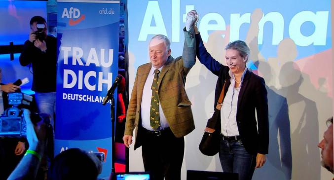 """Dreharbeiten zu """"Protest und Provokation: Die AfD im Bundestag"""" - Jubel am Wahlabend: Die AfD-Spitzenkandidaten Alexander Gauland (links) und Alice Weidel (rechts) feiern am 24. September 2017 den Erfolg ihrer Partei bei der Bundestagswahl."""