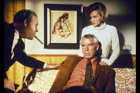 Walker (Lee Marvin, Mi.) lässt sich von Brewster (Carroll O'Connor, li.), einem von Reeses Männern, nicht beschwichtigen. An seiner Seite: Chris (Angie Dickinson, re.).