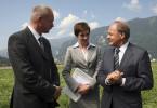 Der Schweizer Bundespräsidenten Kater (Bruno Ganz) und seine Assistentin Dr. Bässler (Christiane Paul) blicken dem Staatsempfang zuversichtlich entgegen. Kater ahnt nicht, dass sein engster Vertrauter Pfiff (Ulrich Tukur) gegen ihn intrigiert.