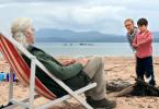 Gordie McLeod (Billy Connolly) macht mit seinen Enkelkindern Lottie (Emilia Jones) und Mickey (Bobby Smalldridge, re.) einen Ausflug an den Strand.