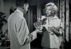 Die Hundstage nahen und Richard schickt Ehefrau und Sohn aufs Land, während er selbst in Manhattan zurückbleibt: Fest entschlossen, die sturmfreie Bude nicht für Trinkgelage und Liebeleien zu nutzen, wird er auf eine harte Probe gestellt, als eine sinnliche Blondine gegenüber einzieht …