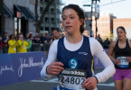 Erin (Tatiana Maslany) nimmt im April 2013 am Boston-Marathon teil.