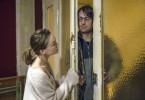 Der Vogeljäger/Silversurfer (Daniel Hoevels) versucht sich Zutritt zu Laura Nix' (Kyra Sophia Kahre) Wohnung zu verschaffen.
