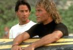 Schnell freundet sich FBI-Agent Johnny Utah (Keanu Reeves, l.) mit der Clique um den Surfer Bodhi (Patrick Swayze, r.) an. Doch schon bald muss er sich zwischen seinem Job und der Loyalität zu seinem neuen Freund entscheiden ...