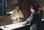 Vor der Entlassung aus dem Gefängnis erhält der Einbrecher Corey (Alain Delon) seine persönlichen Dinge zurück.