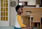 Die achtjährige Assa (Hadja Traore) sucht bei der Übersetzerin Sira Hilfe.
