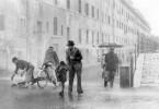 Sintflutartige Regenfälle erschweren Antonio (Lamberto Maggiorani, 2.v.r.) und seinem Sohn Bruno (Enzo Staiola, 3.v.l.) die Suche nach dem gestohlenen Fahrrad.