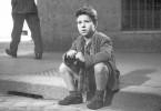 Sohn Bruno (Enzo Staiola) sieht zu, wie sein Vater (Lamberto Maggiorani) verzweifelt nach dem Fahrrad sucht.