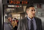 Colter Stevens (Jake Gyllenhaal) sucht im Pendlerzug nach Hinweisen auf den Attentäter.