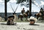 Zusammen mit dem kauzigen Komantschen Tonto (Johnny Depp, l.) begibt sich John Reid (Armie Hammer) als maskierter Lone Ranger auf die Suche nach den Mördern seines Bruders.