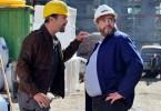 Karlheinz Kluss (Hannes Jaenicke;li) bittet Hackmann (Alexander Hörbe;re) um einen Job.