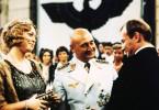 Der Schauspieler Hendrik Höfgen (Klaus Maria Brandauer, r.) fühlt sich durch die Aufmerksamkeit des Generals (Rolf Hoppe) und dessen Freundin Lotte Lindenthal (Christine Harbort) geschmeichelt.