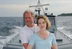 Auf einem Polizeiboot geht es für Holger (Harald Krassnitzer) und seine Frau Susanne (Ann-Kathrin Kramer) nach der Rettung zurück ins Hotel.