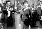 Auf der Betriebs-Weihnachtsfeer versucht Baud Bayter (Jack Liemmon, l.), sich bei der Fahrstuhlfühererin Fran Kubleik (Shirley Mac Laine, Mi.) beliebt zu machen, die er schon lange heimlich verehrt.