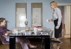 Tessa Norgren (Paula Beer) missfällt, was ihre Mutter Lilian Norgren (Katja Riemann) plant.