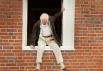 Statt seinen 100. Geburtstag unter Senioren und Pflegefällen zu feiern, steigt Allan Karlsson (Robert Gustafsson) unbemerkt aus dem Fenster und begibt sich in Pantoffeln und Morgenmantel auf eine abenteuerliche Reise.