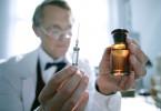 Alexander Fleming mit der ersten Ampulle Penizillin