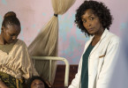 Kampf gegen den Krebs: Michelle Soto (Bonnie Mbuli, re.) mit der schwerkranken Kaia (Tshego Molapisane) und ihrer Mutter (Kgaugelo Madisha).