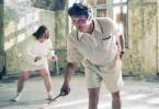 Josef (Nicolas Bro, li.) und Elias (Mads Mikkelsen, re.) spielen Federball.