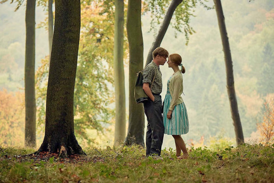 "Florence Ponting (Saoirse Ronan) und Edward Mayhew (Billy Howle) in ""Am Strand""."