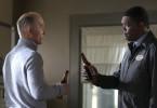 Der Ex-Cop Tom (Samuel L. Jackson, re.) stößt mit seinem Kumpel, dem Polizisten Eddie (Ed Harris), auf die alten Zeiten an.
