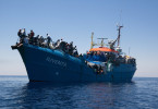 """Junge Leute der Hilfsorganisation """"Jugend rettet"""" fahren mit ihrem eigens für diesen Einsatz umgearbeiteten Frachter """"Iuventa"""" im Sommer 2016 erstmals auf Hilfsmission ins Mittelmeer, um in Seenot geratene Flüchtlinge aufzunehmen."""