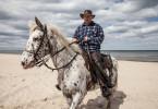 Olaf A. züchtet Pferde. Auf Usedom organisiert er im Sommer Ausritte für Touristen. So lernt er immer viele Frauen kennen. Doch er fragt, sich warum bisher keine länger bei ihm bleiben wollte.