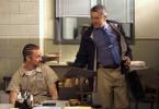 """Der Bewährungsbeamte Jack Mabry (Robert De Niro, re.) zeigt """"Stone"""" Creeson (Edward Norton) das Geschenk, dass er von dessen Frau bekommen hat."""