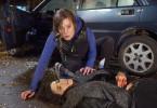 Sara (Katharina Lorenz) kann der tödlich verletzten Tamar (Hen Yanni) nicht mehr helfen.