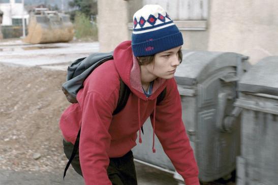 Der vernachlässigte Teenager Charly (Jules Benchetrit) steht jeden Morgen selbstständig auf und fährt mit dem Fahrrad zur Schule.