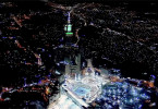 Die Luftaufnahme zeigt Mekka bei Nacht: Die Stadt im Westen Saudi-Arabiens ist mit dem Heiligtum der Kaaba der zentrale Wallfahrtsort des Islams