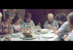 Die Familie Puccio beim gemeinsamen Essen: In der Mitte (v.l.) sitzen Maguila (Gastón Cocchiarale), Arquímedes (Guillermo Francella) und Alejandro (Peter Lanzani).