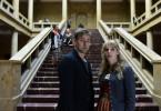 Angelika Flierl (Bernadette Heerwagen, r.) und Harald Neuhauser (Marcus Mittermeier, l.) vermuten nach wie vor, dass sich das verschwundene Gemälde in der Musikhochschule befindet.