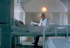 Dr. Stein (Hanns Zischler) kümmert sich in einem Sanatorium in Neuengland in den USA um Masaryk (Karel Roden).