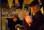 Farmer Hoggett (James Cromwell) schätzt das Gewicht des kleinen Ferkels richtig bis auf das letzte Gramm.