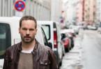 Leo Oswald (Wanja Mues) sucht im Frankfurter Bahnhofsviertel nach neuen Hinweisen zum Mord eines Drogenabhängigen.
