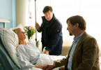Dr. Christian Kleist (Francis Fulton-Smith, M.) besucht seine Patientin Angelika Pagels (Anne Moll, l.) im Krankenhaus. Er macht ihr und ihrem Mann Volker (Thomas Rudnick, r.) Mut.